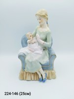 Статуэтка Дама с ребенком на кресле HW49