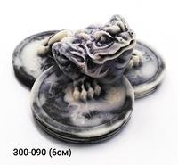 Мраморная крошка Жаба на трех монетах